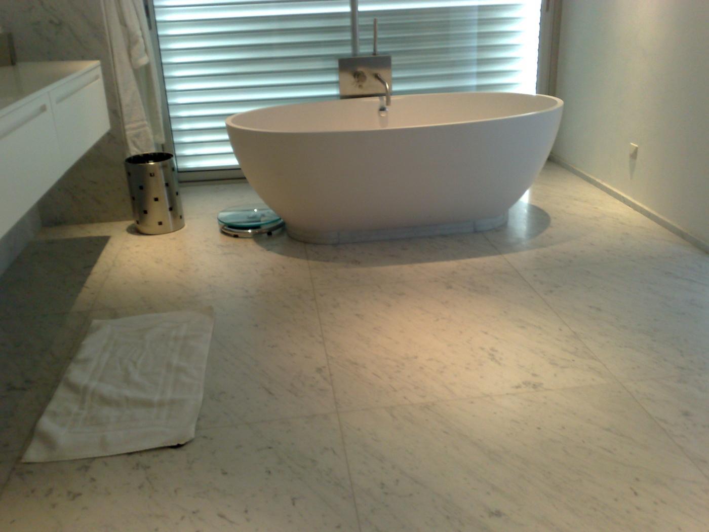 sols de salle de bains en blanc carrare c adouci avec baignoire
