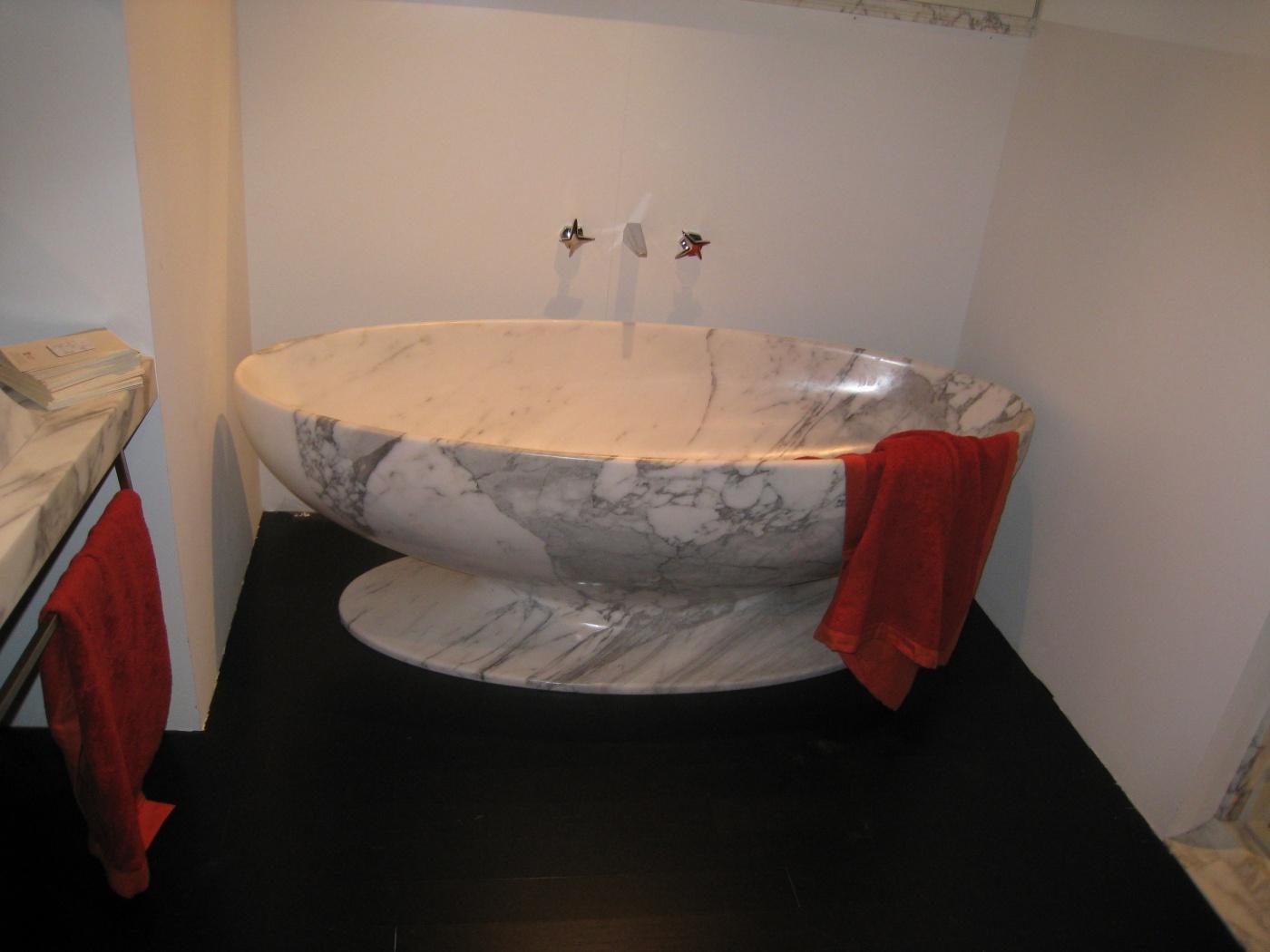 fabrication d une baignoire d exception dans un bloc de marbre blanc