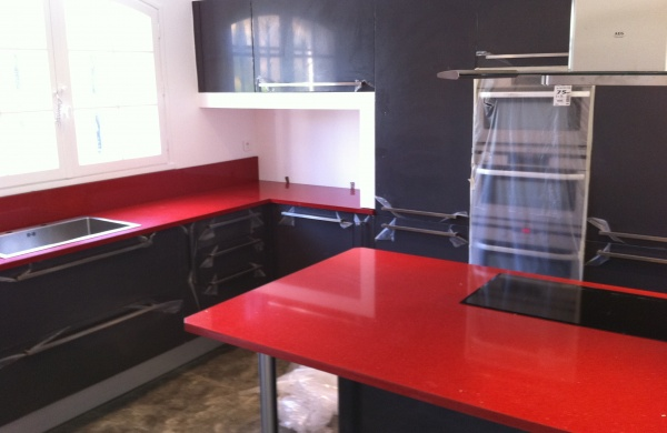 cuisine quartz rouge avec des id es. Black Bedroom Furniture Sets. Home Design Ideas