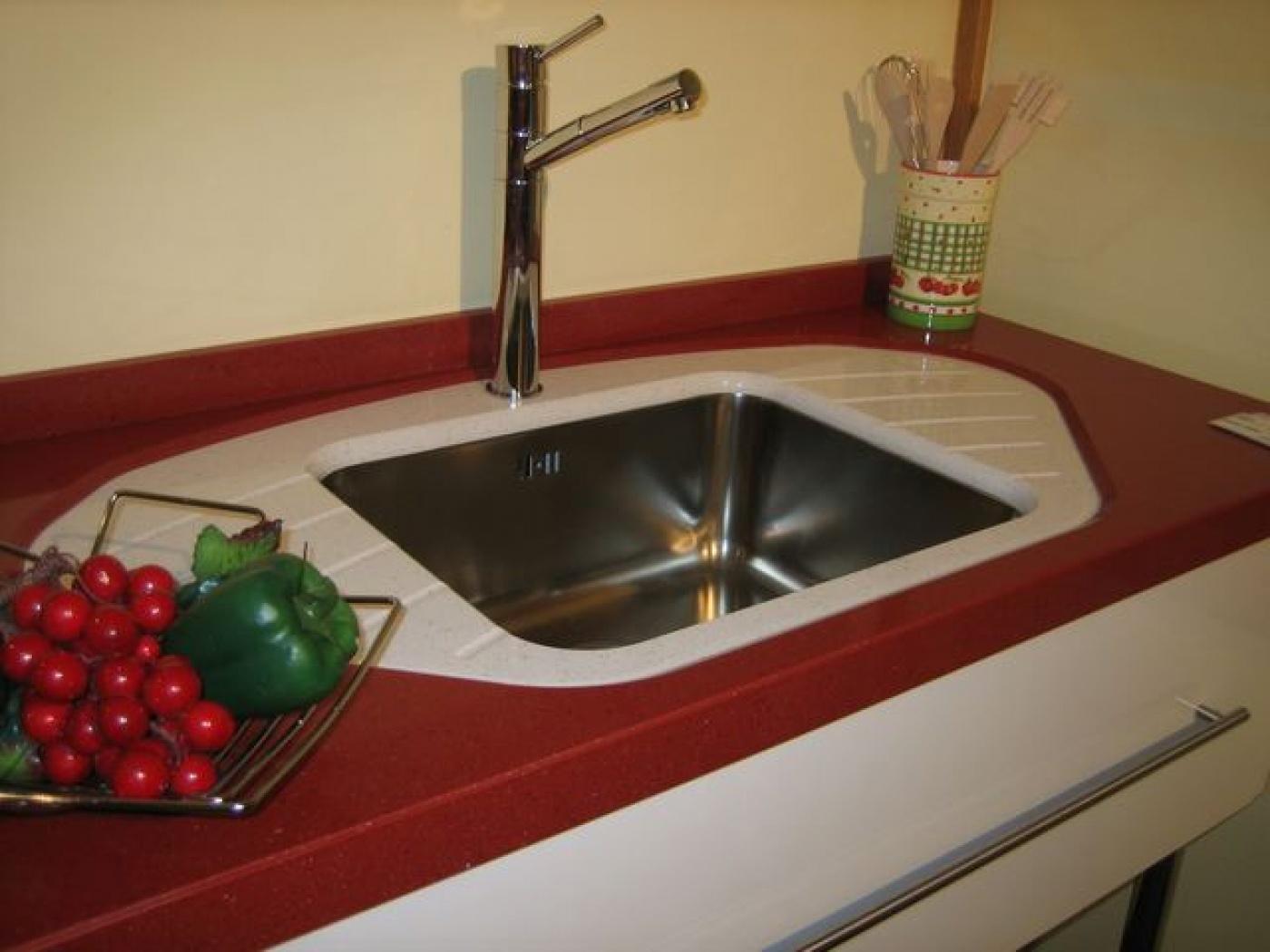 Granit Plan de travail design bi-color en quartz rouge New Rubino et blanco Paloma. Egouttoir et cuve sous plan inox Franke.  Façonnage sur mesure posé par nos marbriers à La Valette (Var)