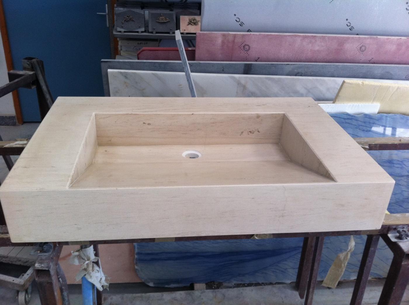 Vasque en Moca Creme à contre passe avec forme de pente style lavoir. Collage en onglet avec coupe à 45°