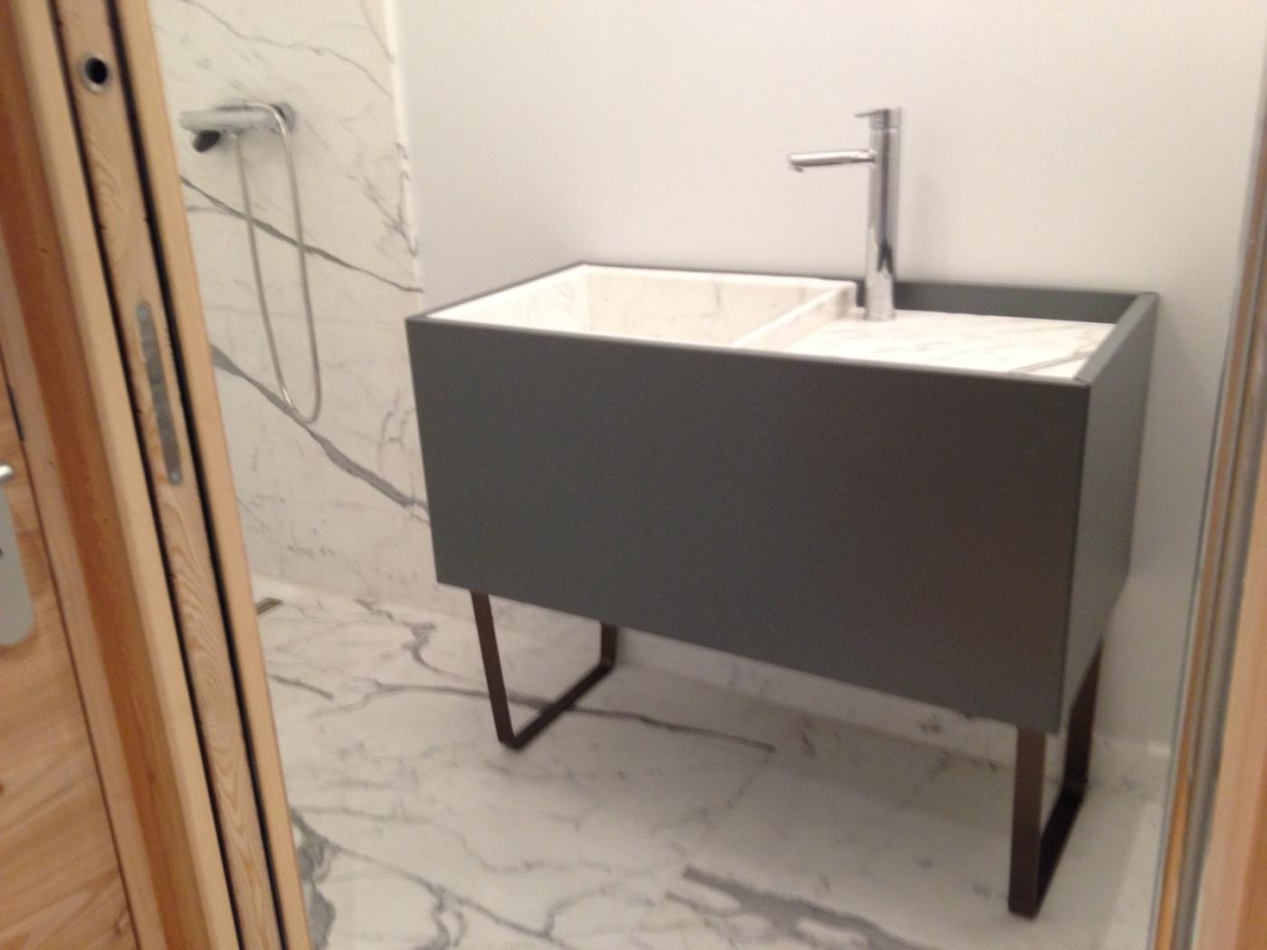 Salle de bains avec murs, bac à douche, et vasque Bianco Statuario Extra sur meuble Altamarea Must (design Willy Dalto). Chantier à Montgenevre (Hautes-Aples)