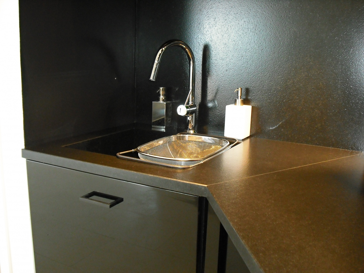 Leather finish Zimbabwe granite kitchentop. Ramatuelle (83)