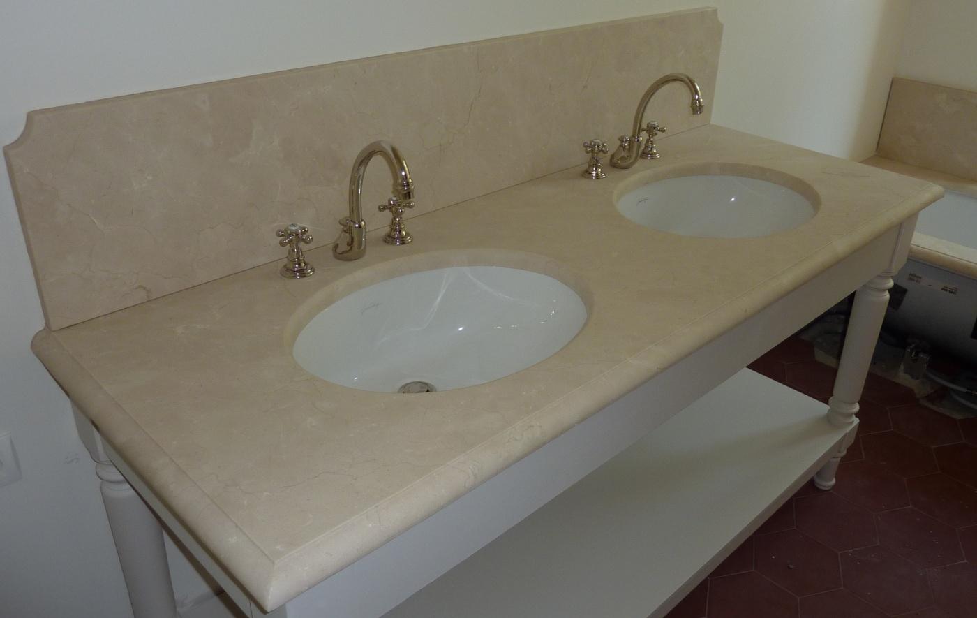 Salle de bains Crema Marfil. Finition bec de corbin. Vasque ovale sous-plan en céramique Villeroy et Boch Chantier à Chateaurenard. Architectes LAFOURCADE