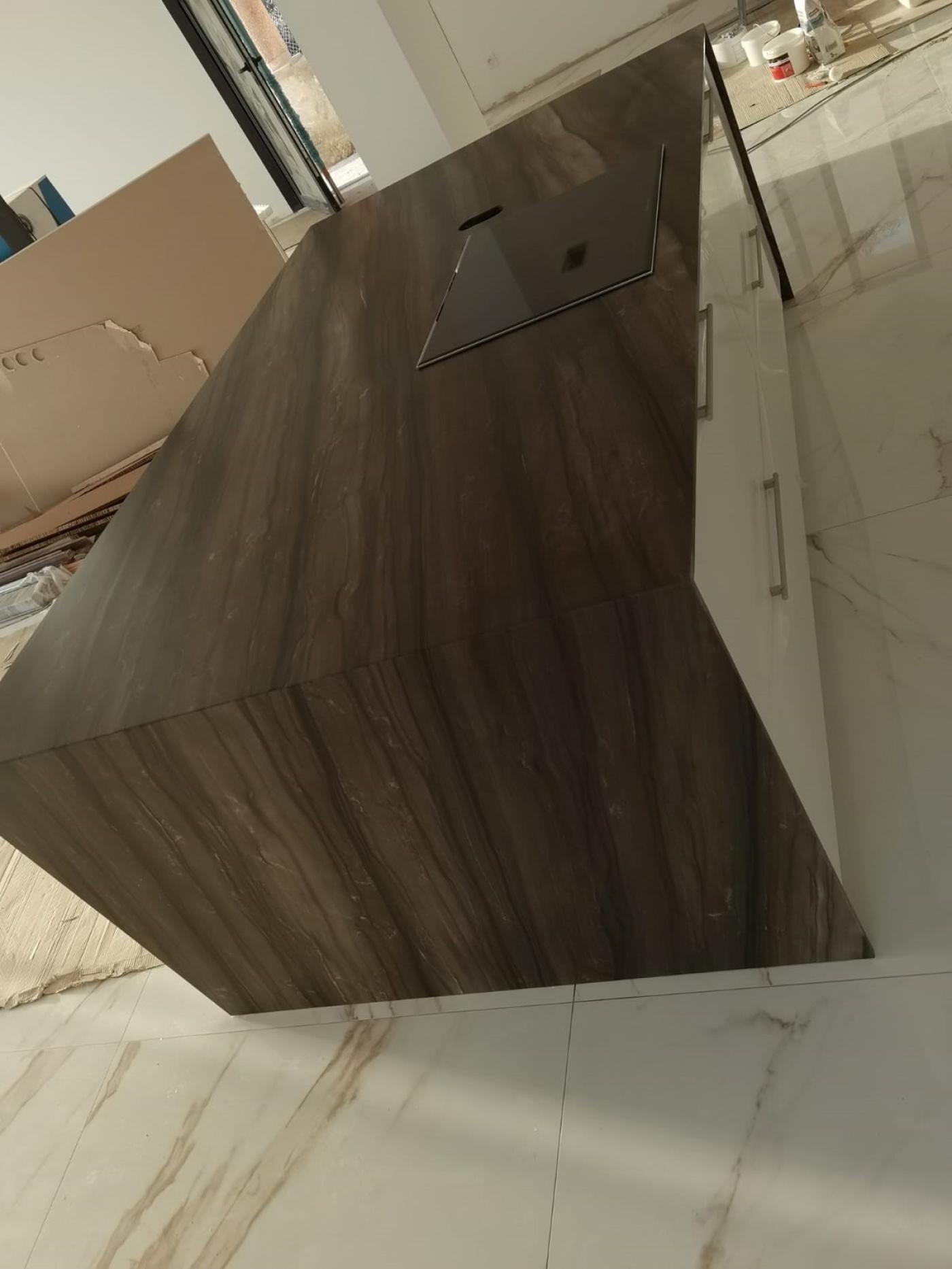 Granit Plan de travail de cuisine en quartzite Sequoia Brown. Installation à Carqueiranne.