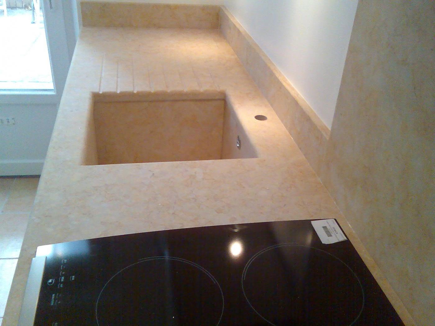 Plan de travail et cuve sous plan en pierre de Jerusalem Gold. Cuisine posées à Cannes (06)