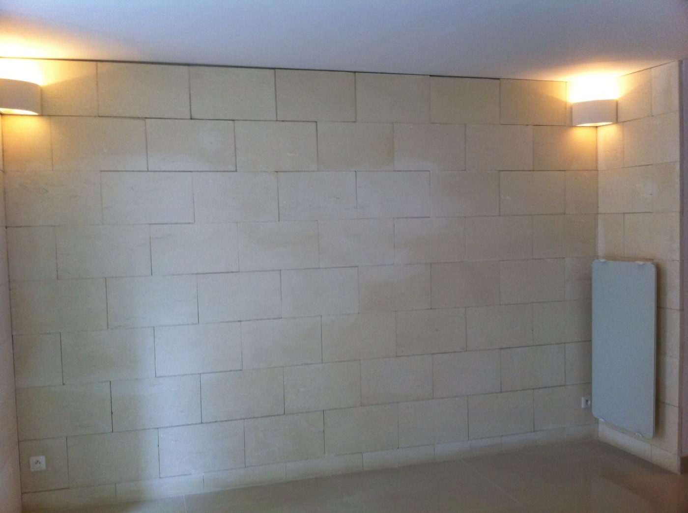 Mur en Pierre de Beaulieu finitnio brute. Chantier à marseille
