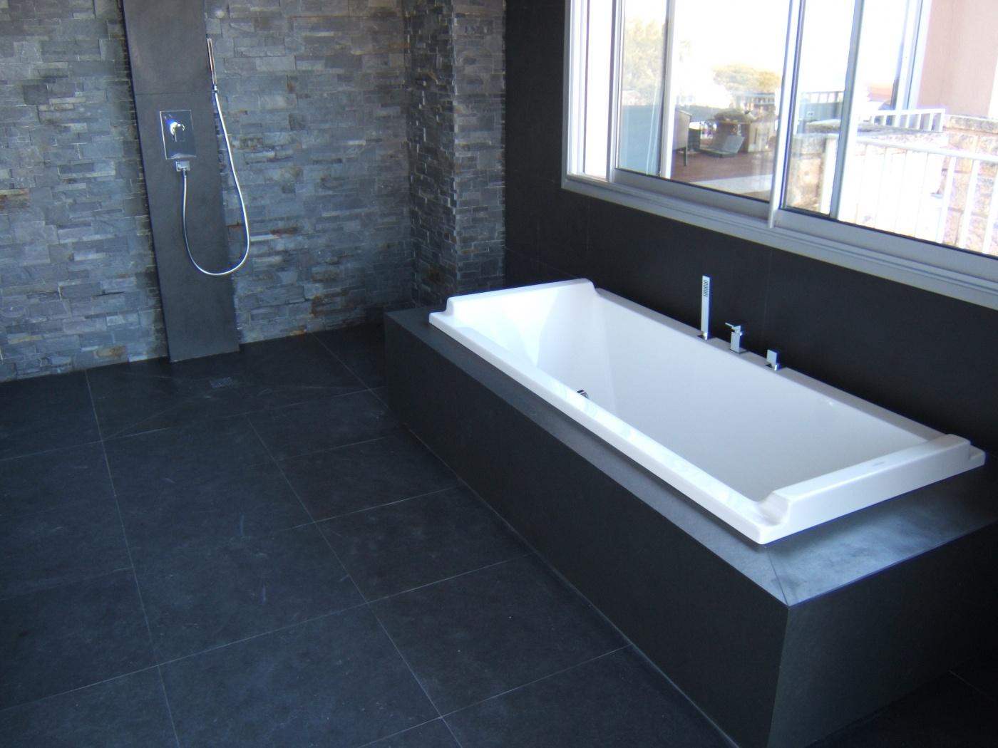 Salle de bains en Ardoise noire 60x60 Receveur de douche, plan vasque et habillage de baignoire sur mesure. Installation à marseille