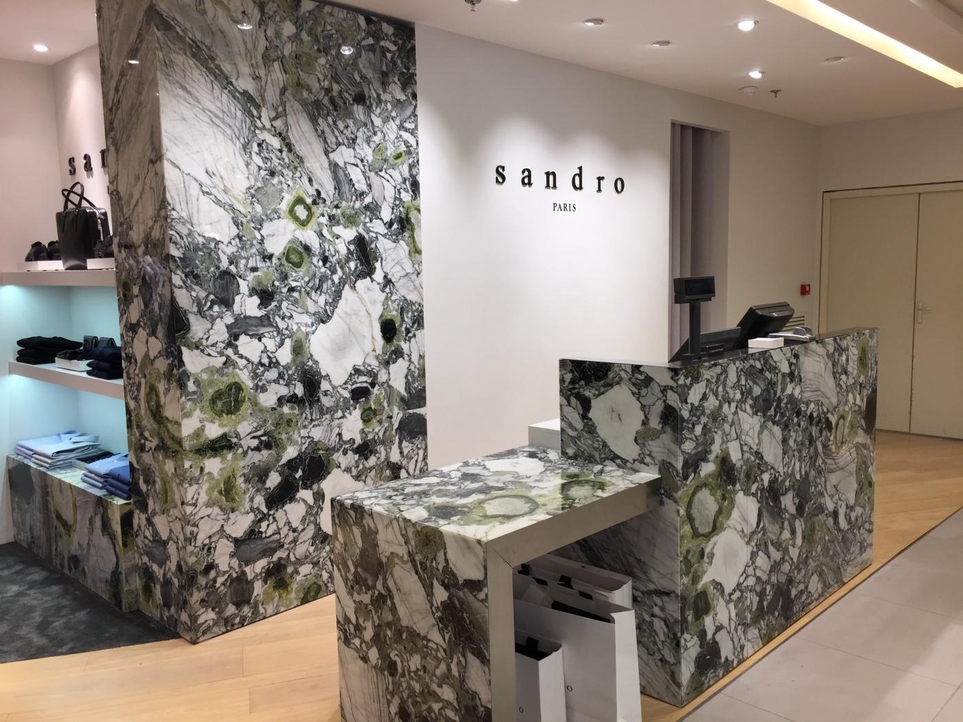 Habillage meuble caisse et mur. Fourniture façonnage et pose pour les Magasins Sandro (Groupe SMCP). Chantier aux Galeries Lafayette Haussmann Paris