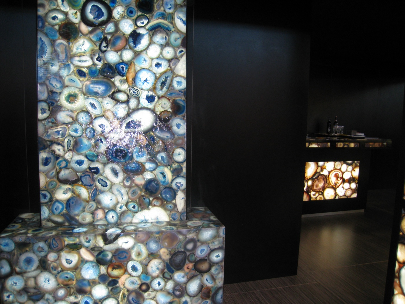 Agencement de comptoir de Bar de luxe. Natural Agate rétro-éclairé matériaux semi-précieux. www.mdlcselect.com