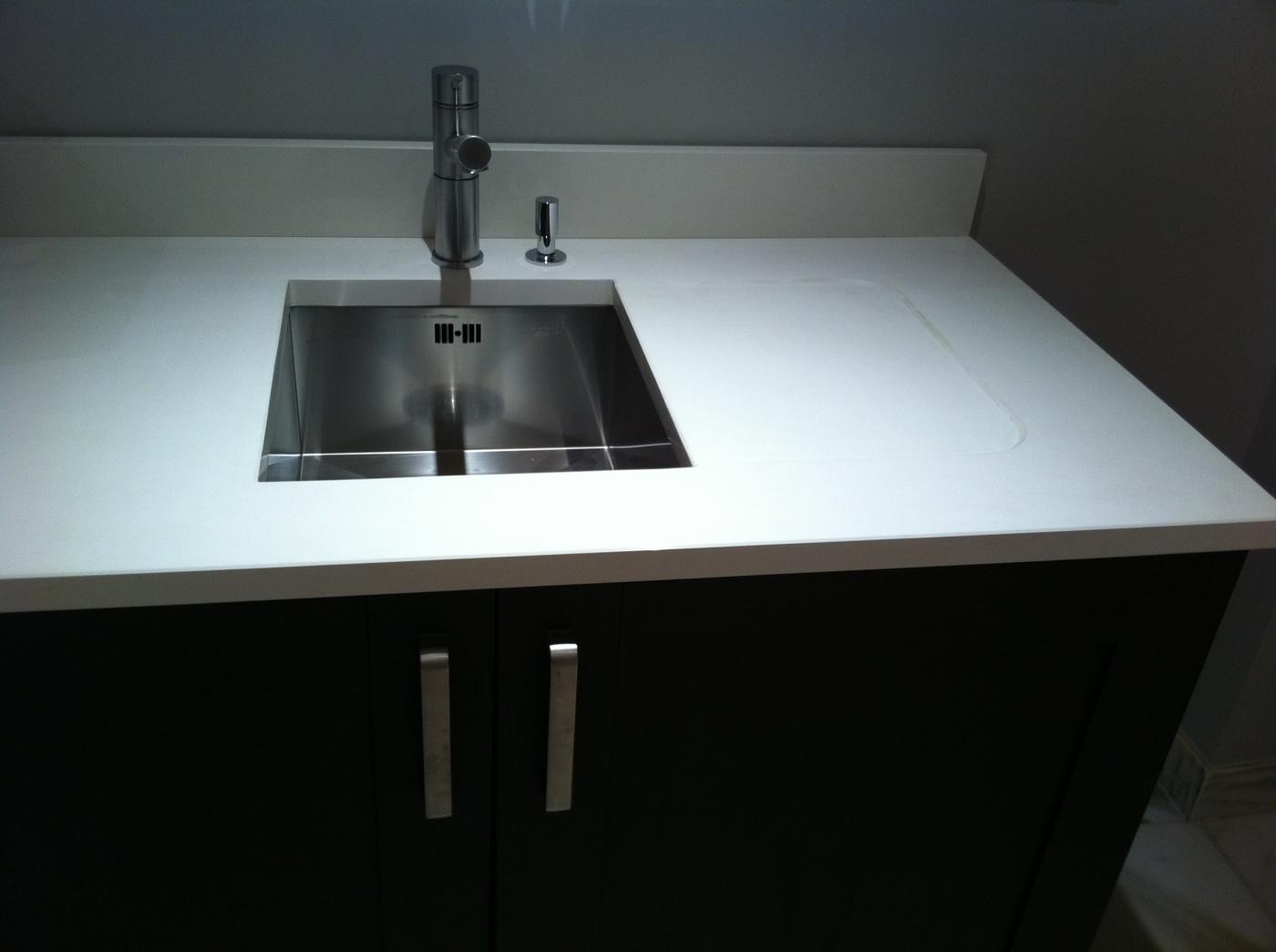 Granit Plan de travail de cuisine Quartz Bianco Assoluto. Egouttoir décaissé dans la masse. Evier inox Blanco Zerox 340U