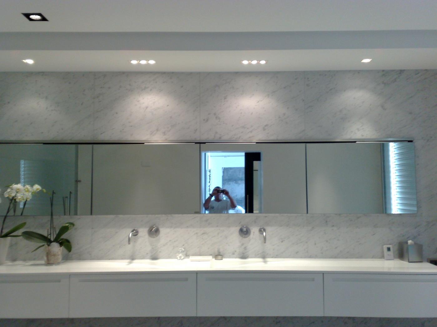 Salle de bains de prestige en marbre Blanc Carrare C adouci.