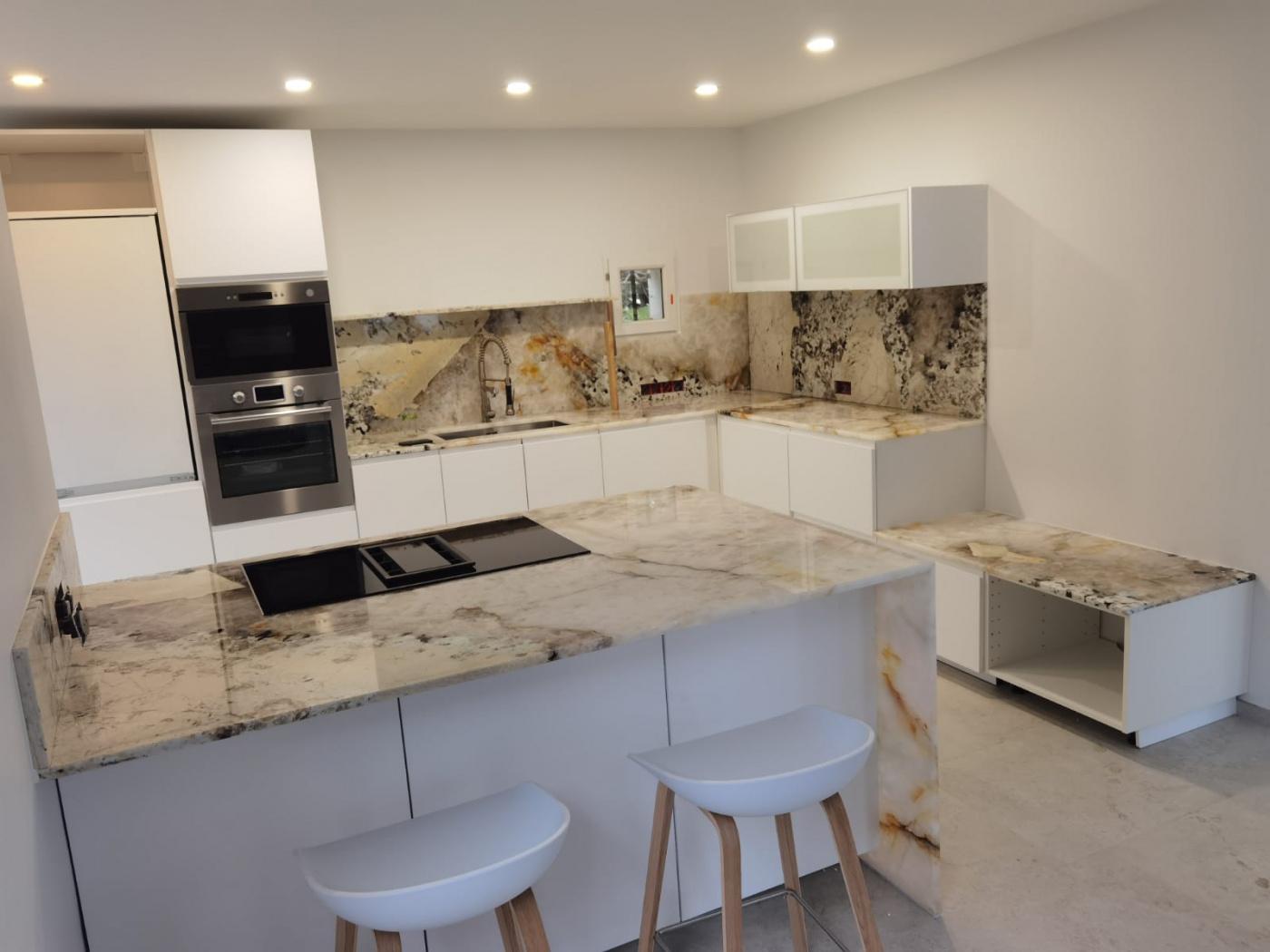 """Céramique pose de plan de travail de cuisine design blanche en quarzite Patagonia (""""idem Cyril Lignac""""!)"""
