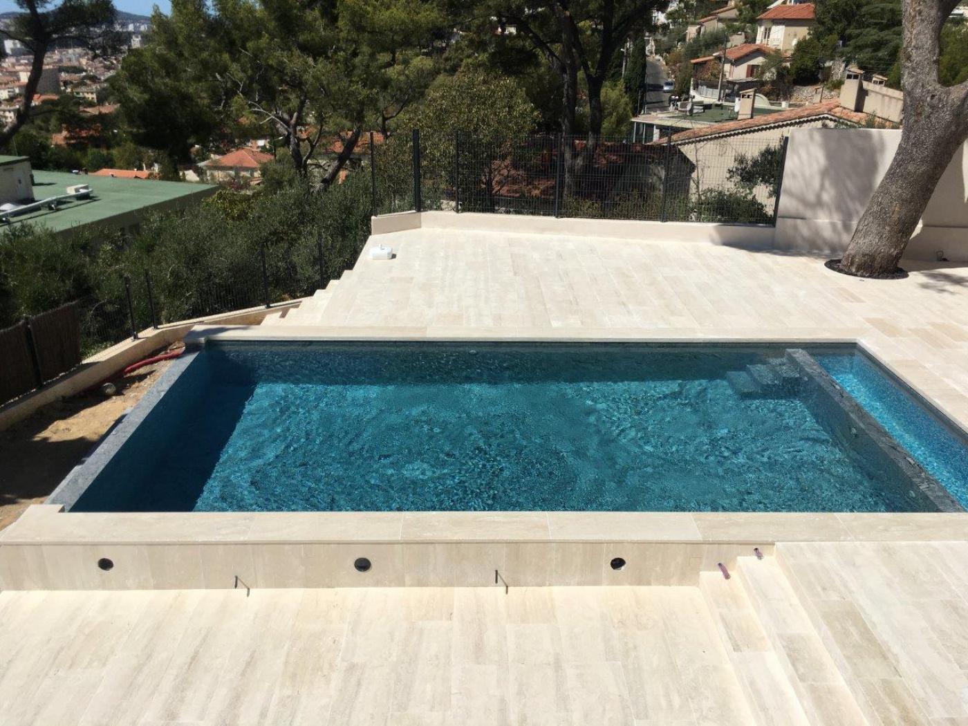 Terrasses de piscine en travertin blanc italien Navonna