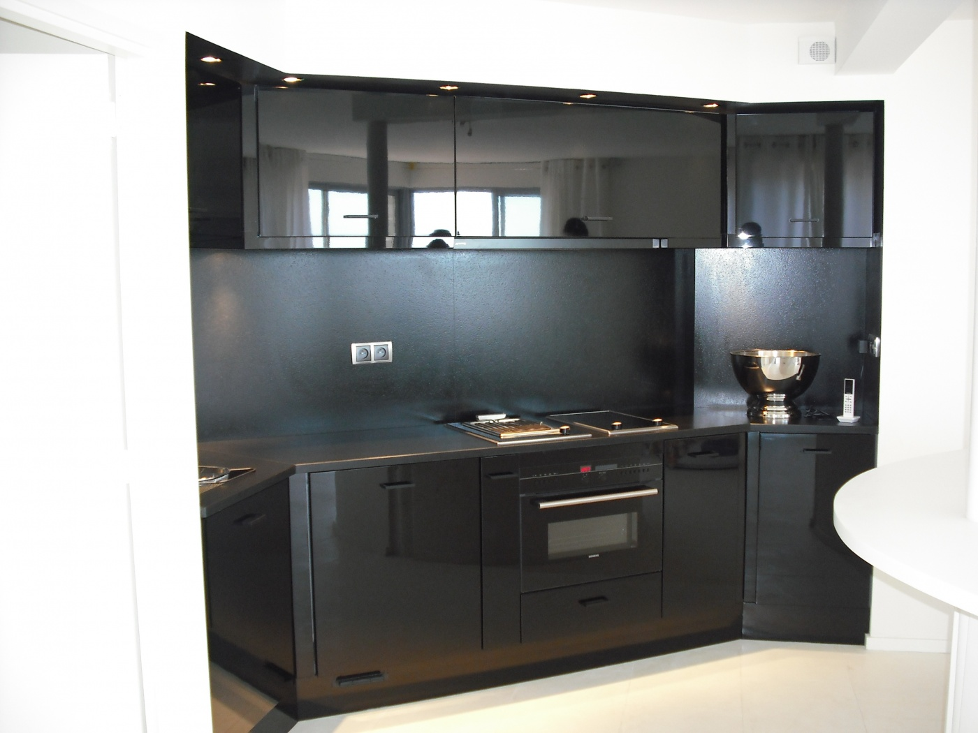 Granit Cuisine design moderne et contemporain et granit Noir Zimbabwé finition Cuir. Installation par nos marbriers sur Marseille 13.