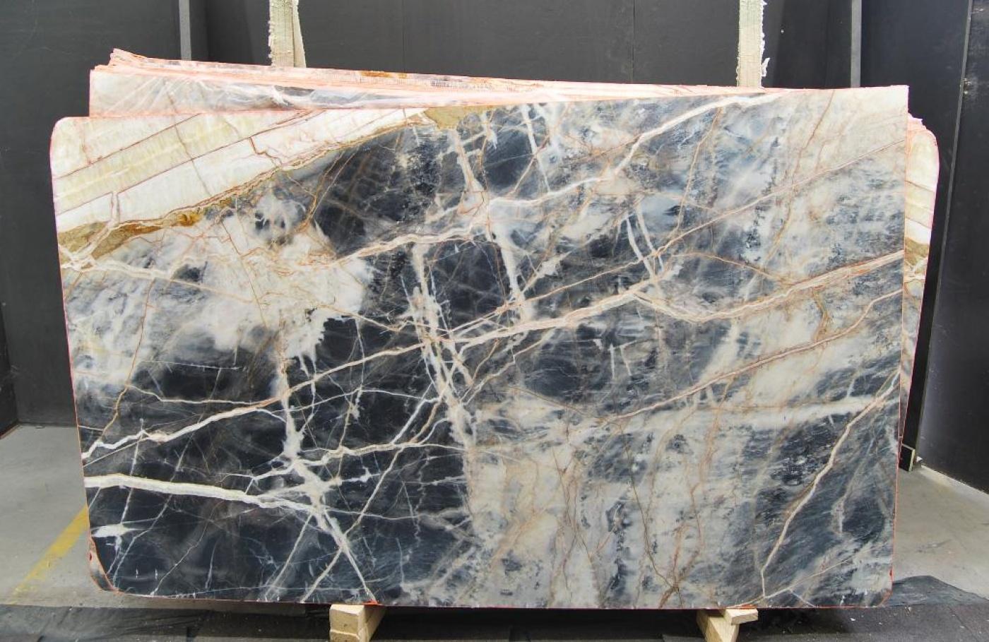 Marbre Black Jungle tranche de marbre noir veiné blanc