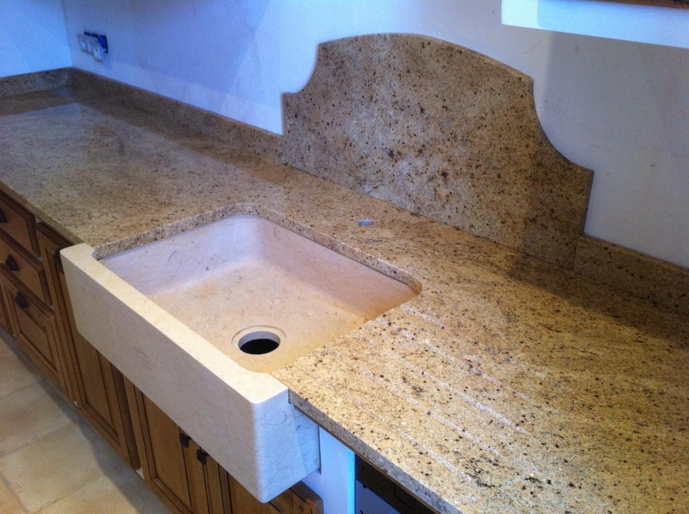 Plan de travail en granit Kashmir Gold avec vasque massive en pierre Jaune Atlantide.  Projet réalisé à Brignoles (83) Cuisines BOLLERY.