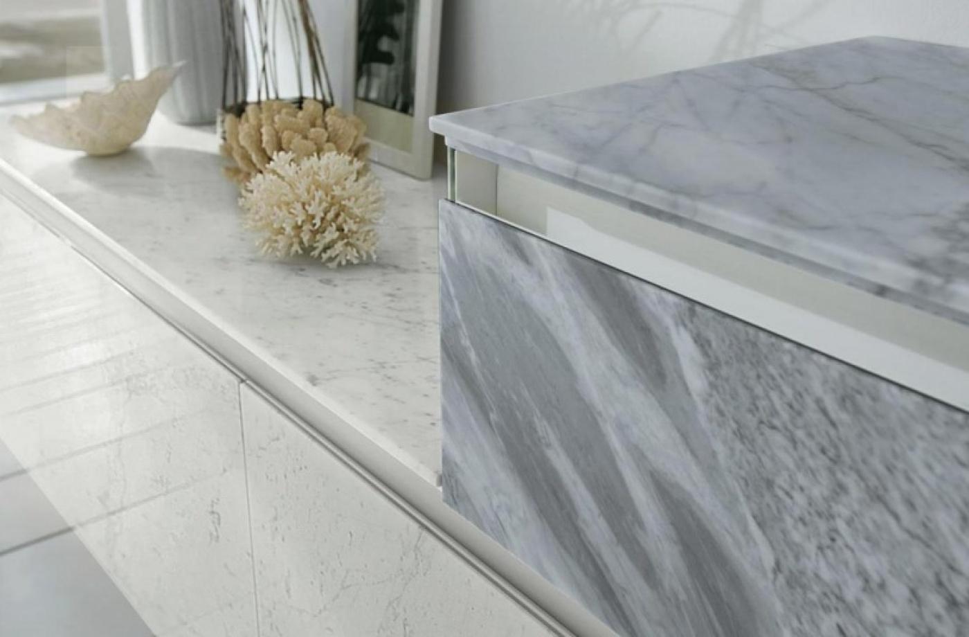 Façade de meuble en marbre Blanc Carrare. Meuble Altamarea 360 Gradi.