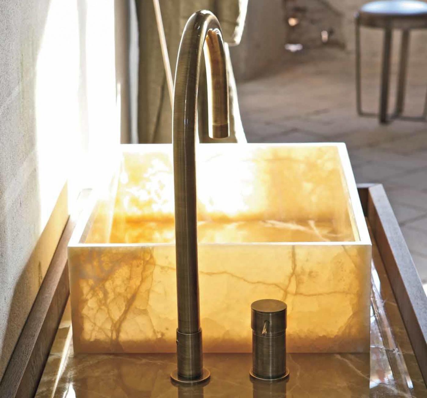 Bains avec meuble et robinet Altamarea Must. vasque en Onyx.