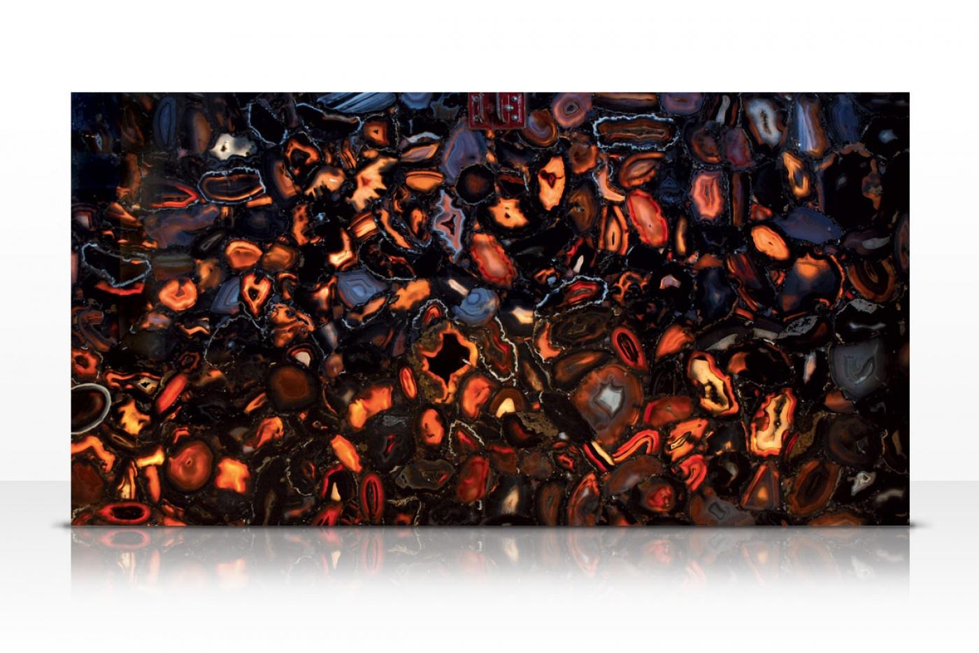 Granit Wild Agate black slab backlit