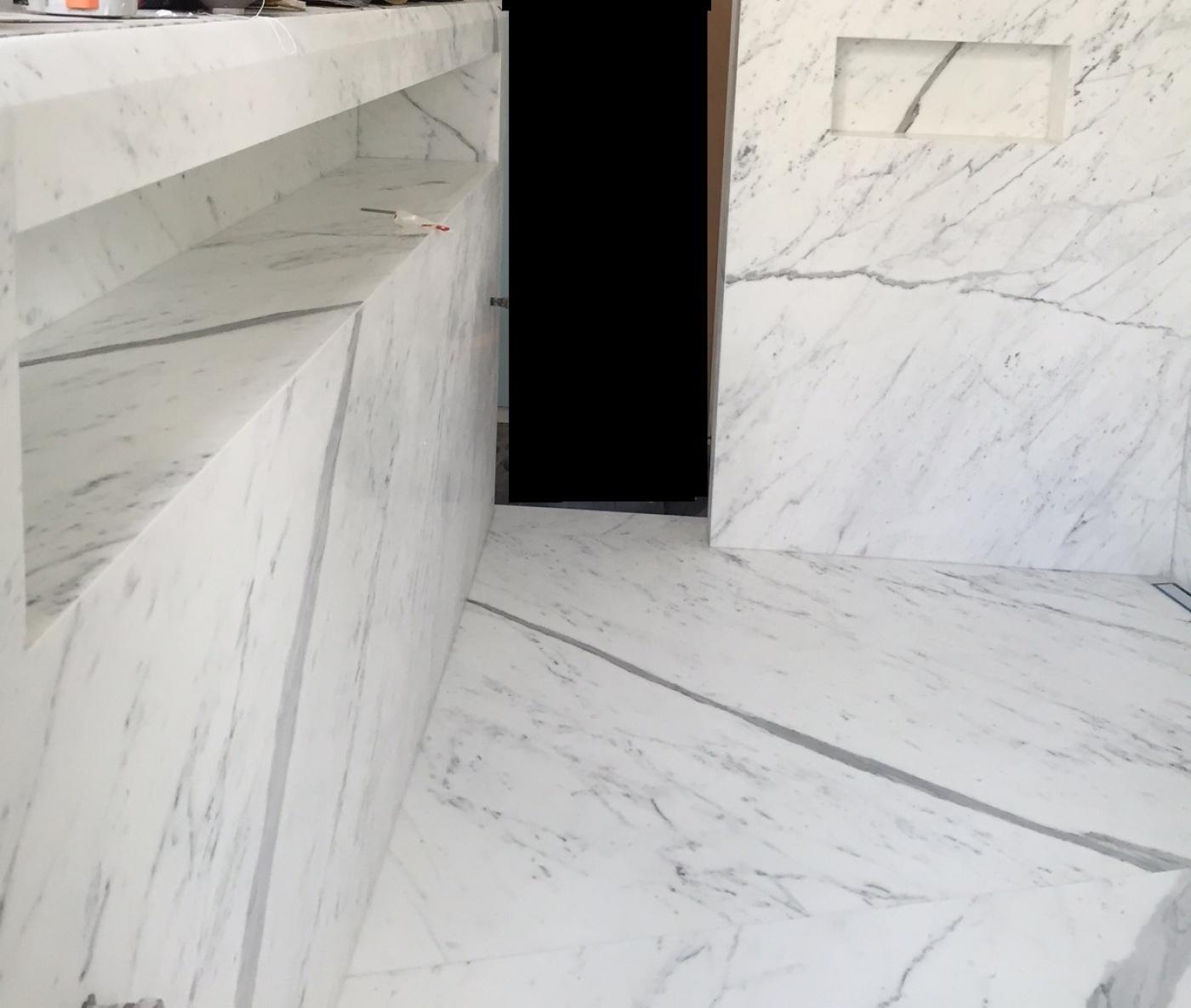 Fabrication et pose d'une salle de bains en marbre blanc statuaire qualité Extra à Paris