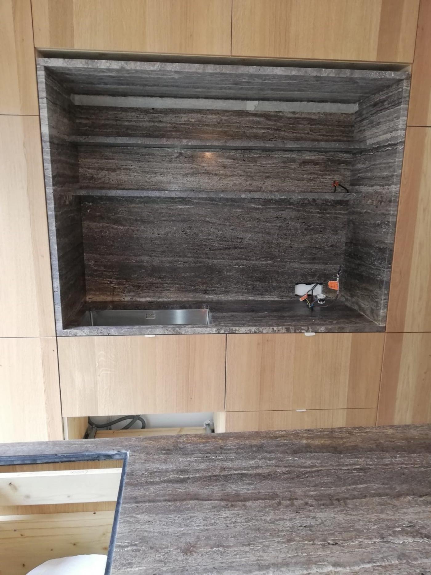 Céramique Ilot plan de travail crédences et étagères en travertin gris brut Titanium. Installation à Hyères.
