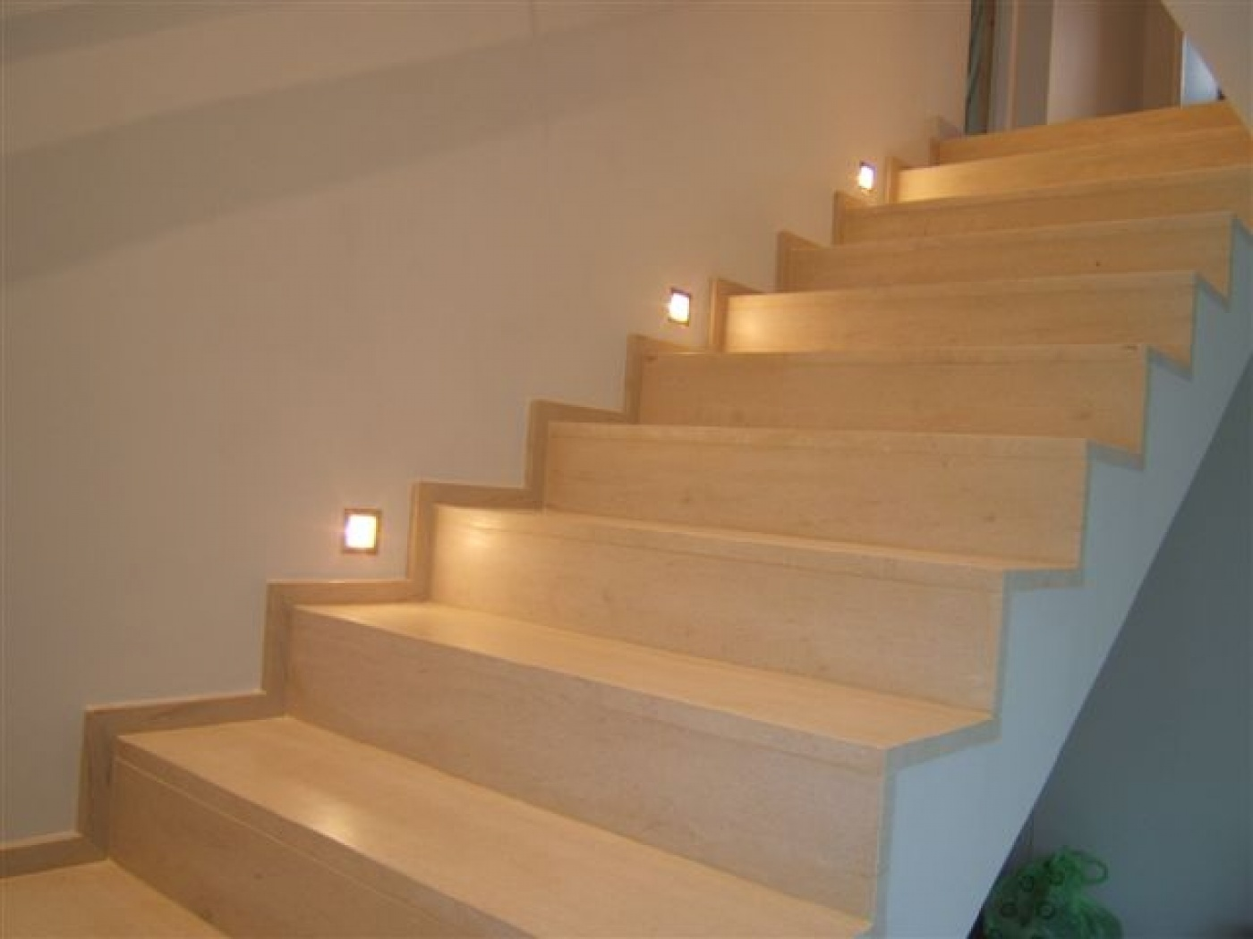 Escalier en Moca Creme taillé à contre passe. Plinthe en crémaillère. Prise de mesure, fourniture et pose à Aix en Provence 13