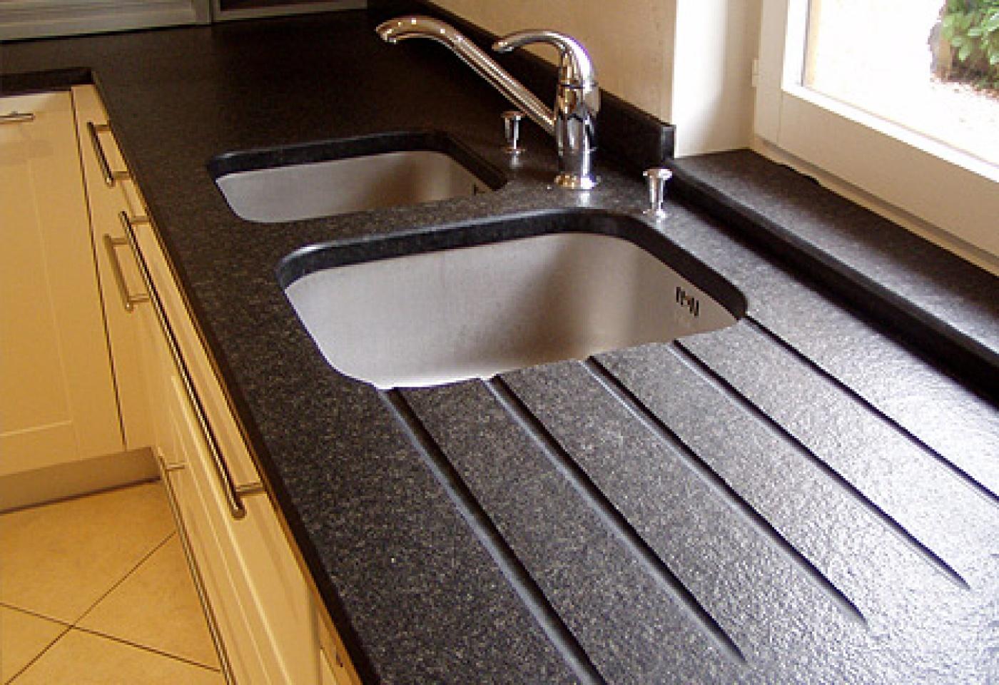 Plan de travail en Granit Noir Zimbabwé flammé brossé. Pose de cuisine au Beausset (Var)