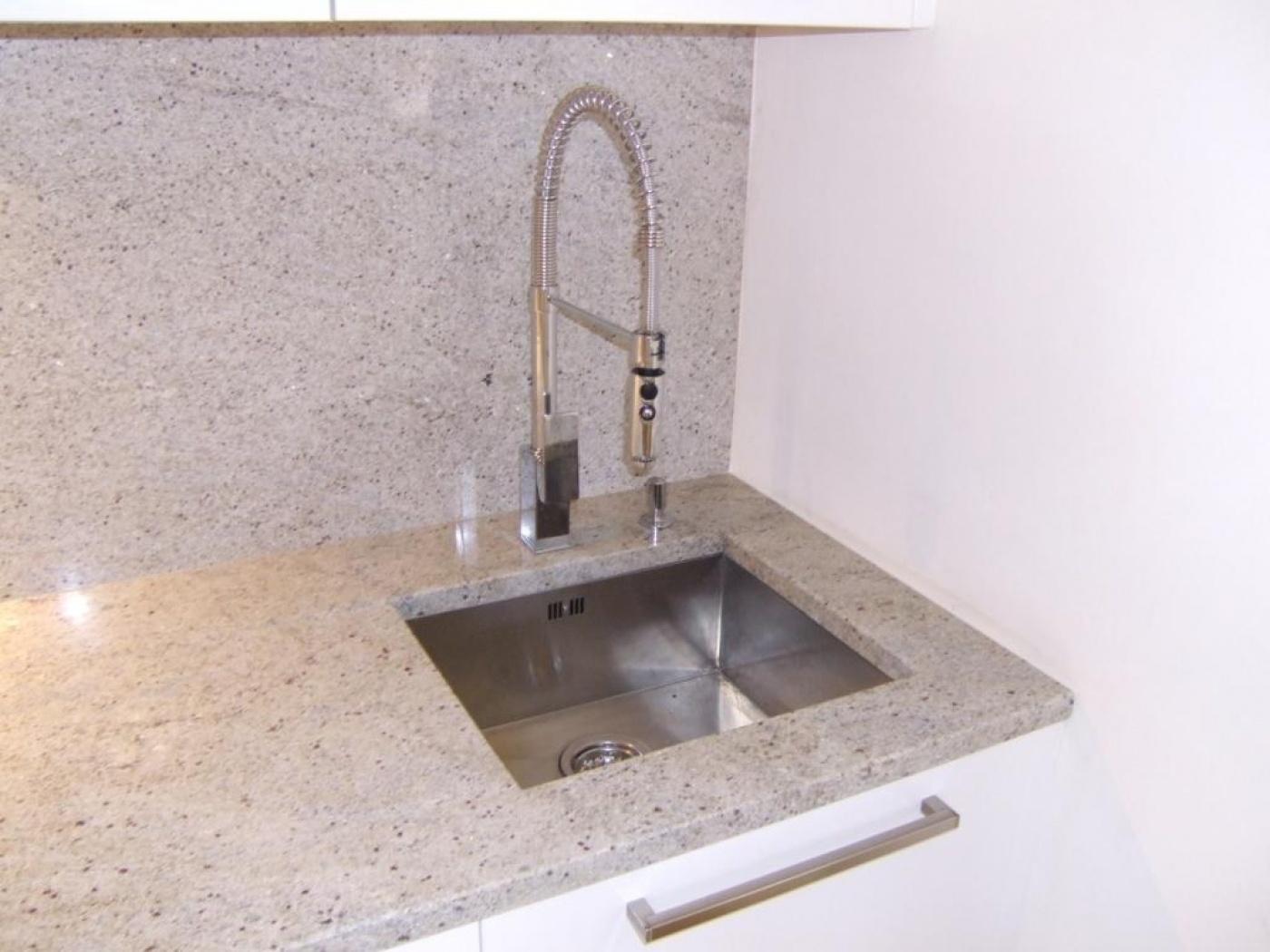 Plan De Travail Granit Loire plan de travail et credence en kashmir white. evier sous