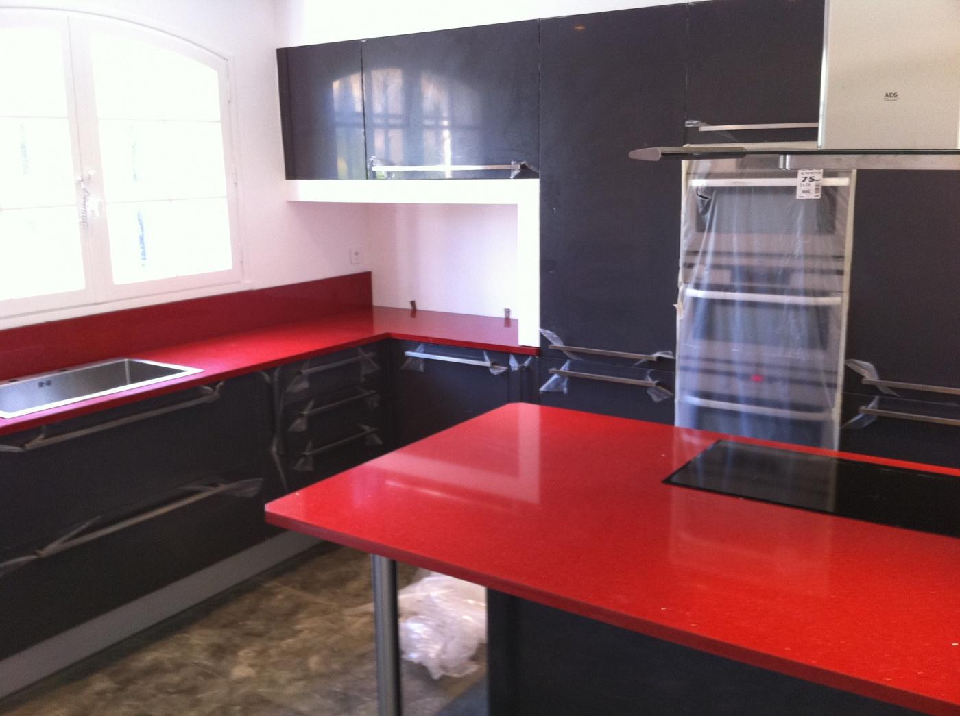 Plan de travail, crédences et ilôt central en Quart Rouge New Rubino. Projet réalisé à Ollioules (83) Cuisines BENEVENTI