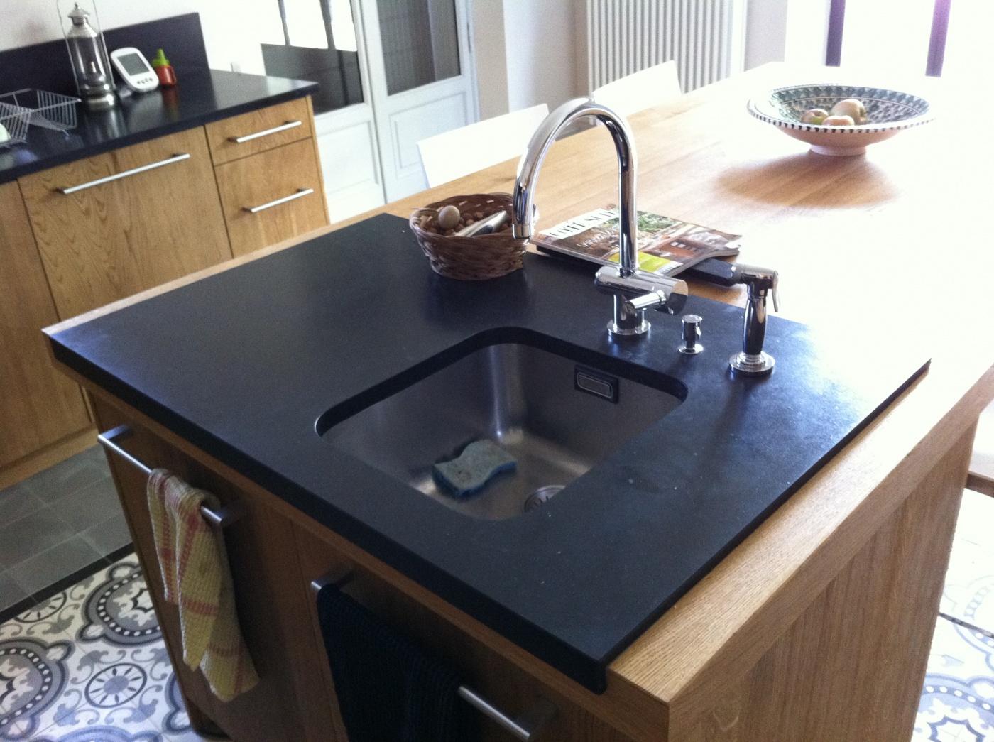 Composite Quartz Ilôt de cuisine en Granit Noir Zimbabwé finition cuir.  Chantier à Chateaurenard Architectes LAFOURCADE.