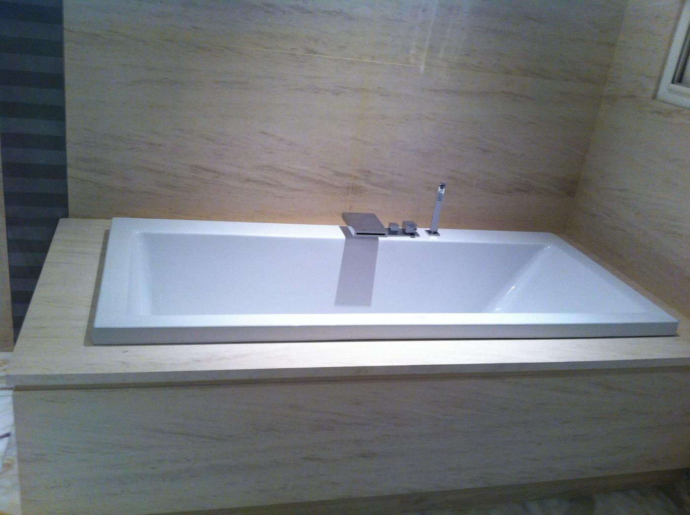 Semi-précieux Salle de bain en Moca Creme. Revêtement mural, tablette et tablier de baigoire découpés sur mesure