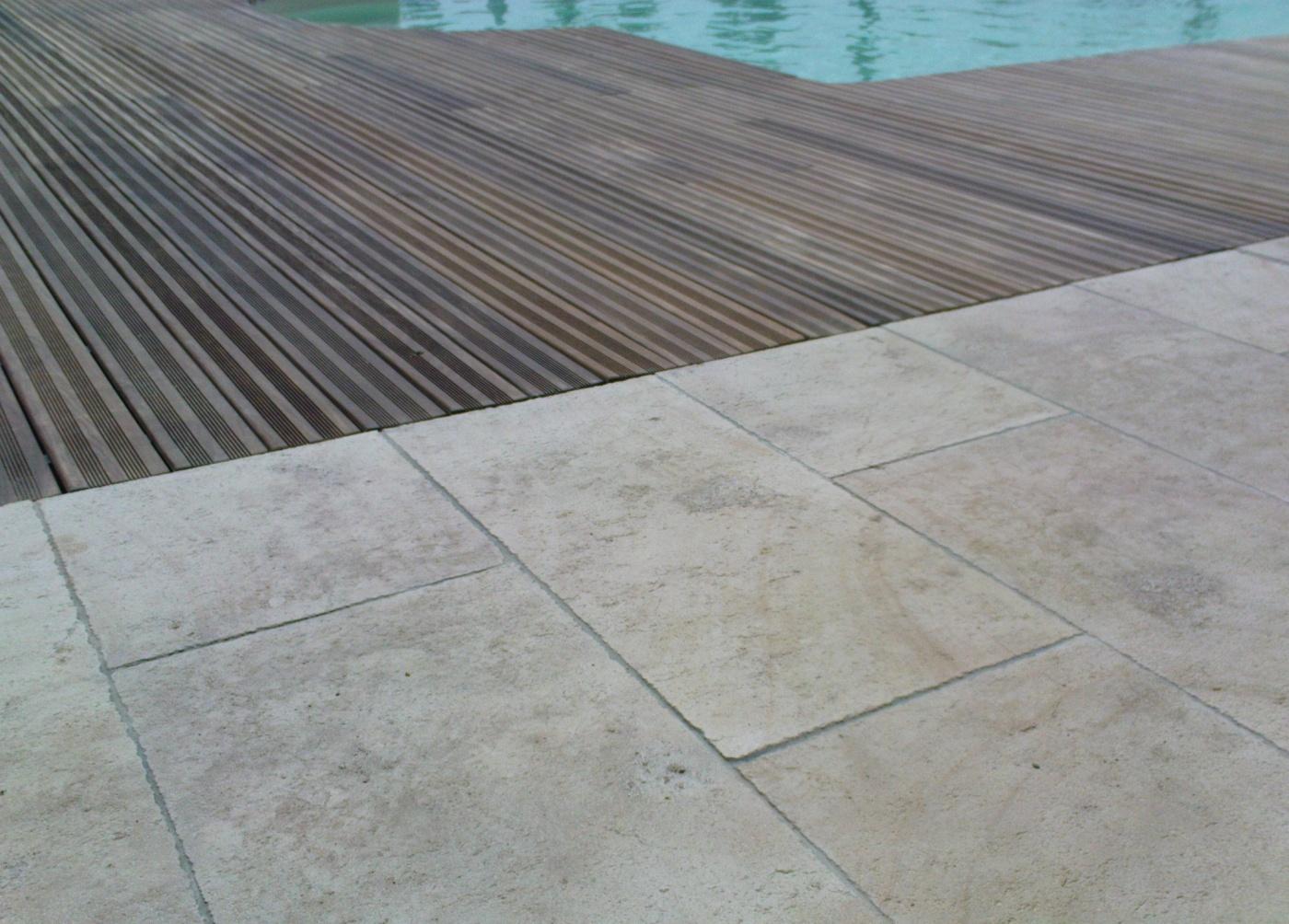 Dallage de terrasse de piscine en pierre naturelle Ampilly Antique  Bandes libres de 50cm x 2cm. Chantier en Région Paca