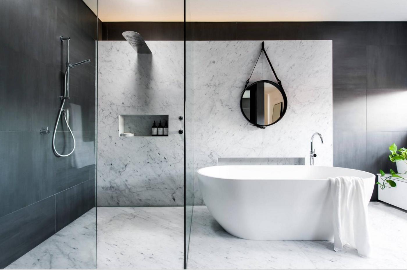 Mur de douche en marbre blanc carrare mat. Livraison et pose de salle de bains à Toulon (Var).