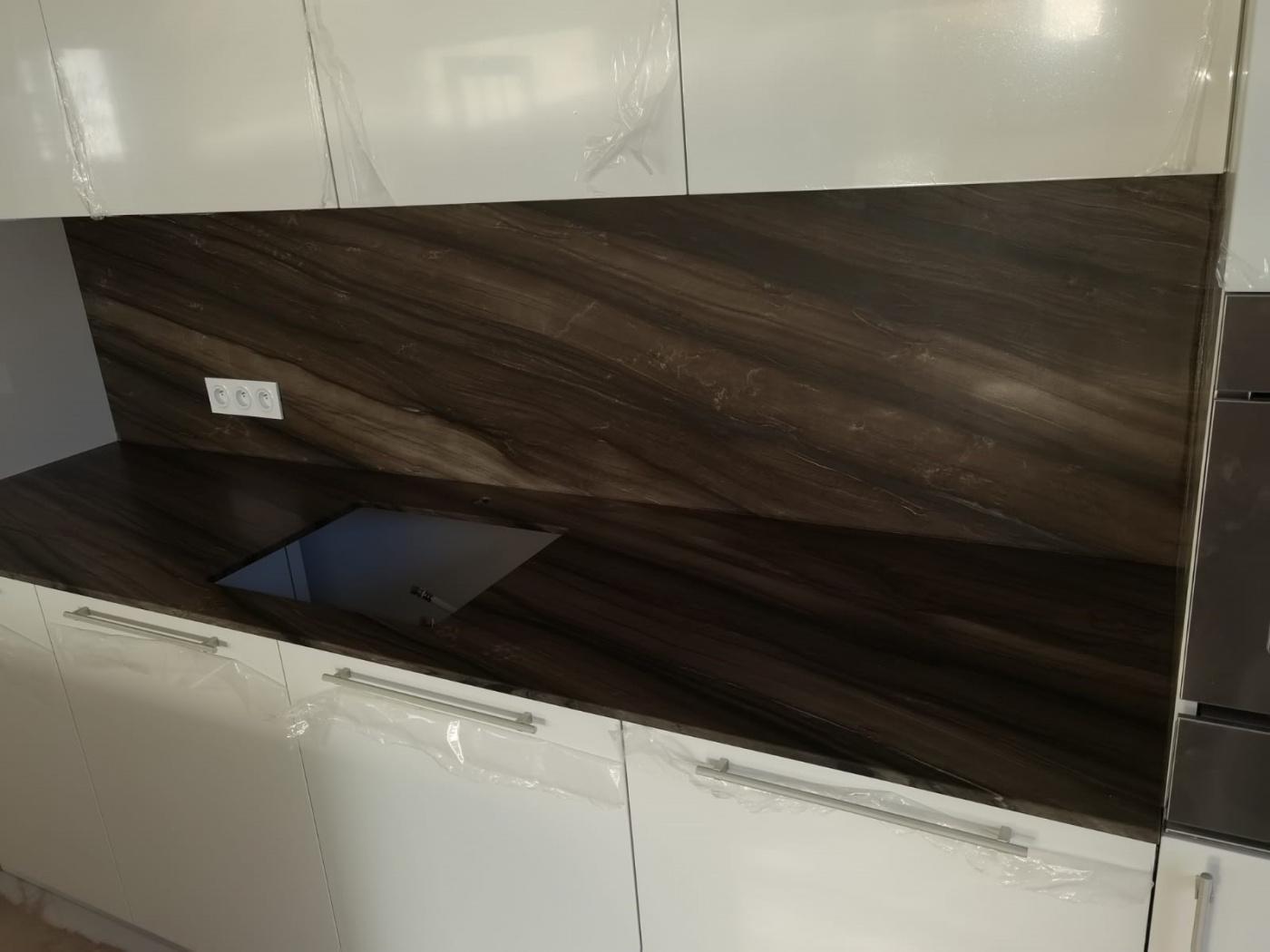Marbre Plan de travail de cuisine en quartzite Sequoia Brown. Installation à Carqueiranne.