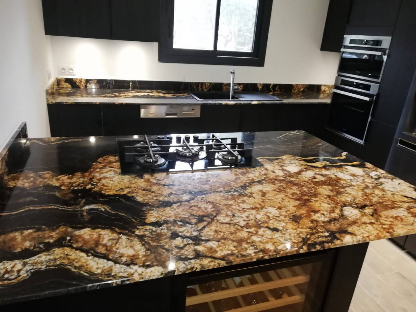 Marbre Plan de travail de cuisine en granit noir et or black Fusion. Installation à La Seyne-sur-Mer.