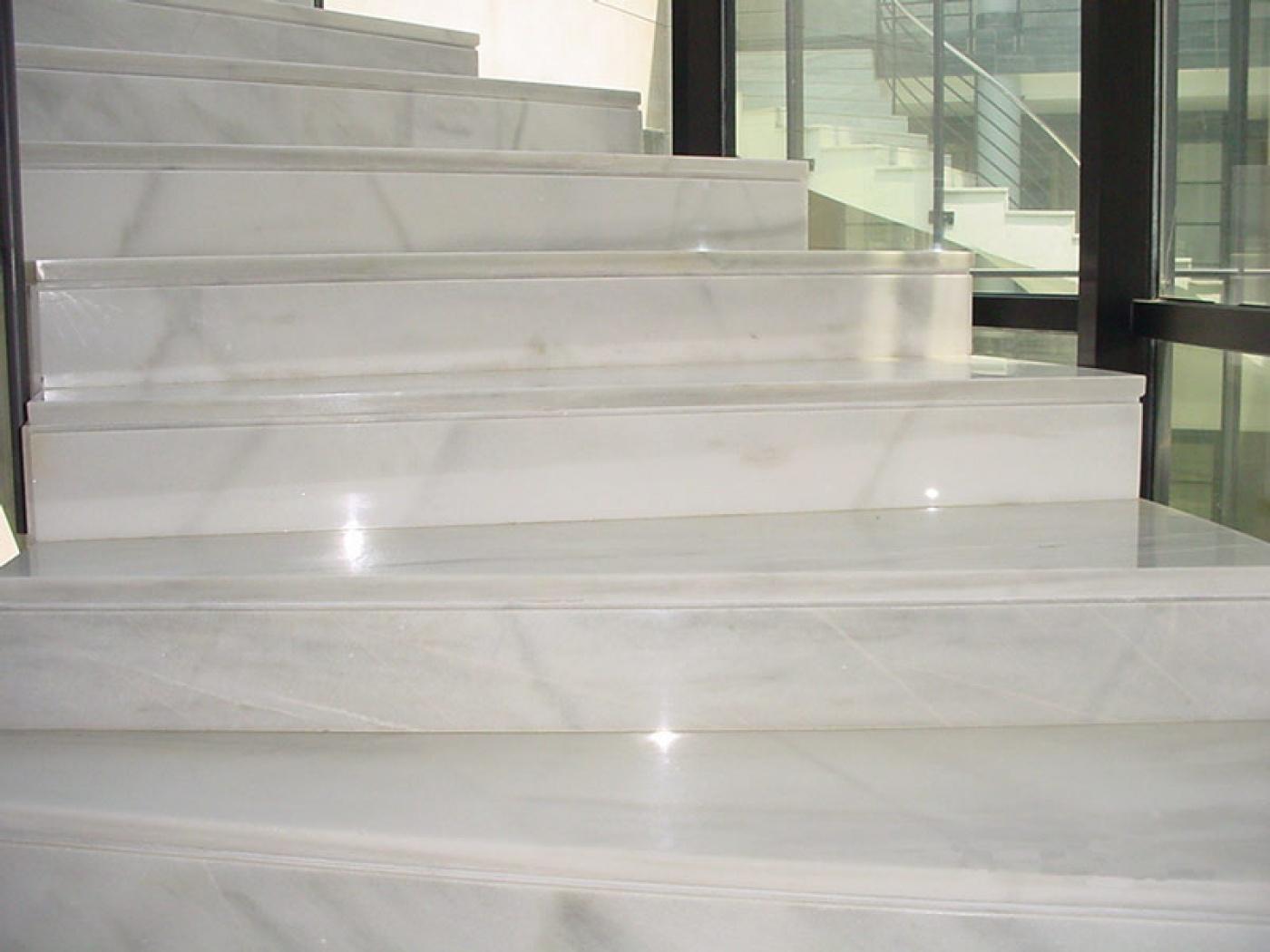 Escalier marches et contre-marches Blanc Macael  Livraison en région Parisienne