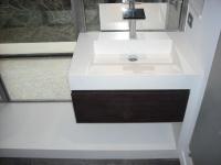 Vasque en Jambage sur mesure en Quartz Bianco Assoluto posée à Marseille. Forme de pente style lavoir et finition avec coupe d'onglet à 45°