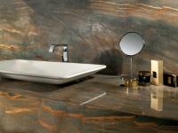 Salle de bains sur mesure en granit Copper Dune Plan vasque poli et revêtement mural en finition brossée cuir.
