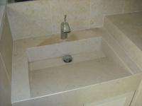 Vasque taillée sur mesure en pierre Crema Luna Chantier à Cassis en région Paca