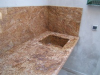 Plan de travail pour cuisine d'été, crédences et évier en Granit Madura Gold.  Finition 1/2 rond Chantier à Bandol (83)