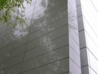 Revêtement marbrier de façade sur mesure en quartz Gris Serena poli.