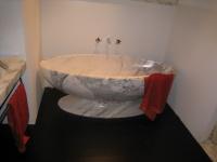 Fabrication d'une baignoire d'exception dans un bloc de marbre blanc Calacatta.