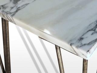 Tablet basse en marbre blanc Arabescato sur pied tête d'épingle en acier oxydé et verni.
