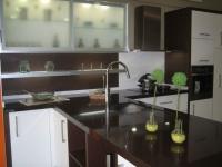 Plan de travail en Quartz marron Glacé, dosseret et crédences en Quartz Blanc Absolu. Livraison et pose sur la côte d'Azur
