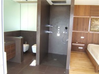 Murs, sols, vasque et douche en Ardoise pourpre. Bac à douche en pointe de diamant à 4 pentes. Découpe sur mesure avec coupe d'onglet. Fourniture et pose à Marseille