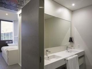 Silestone Blanco Extreme Plan vasque dans une chambre d'hôtel