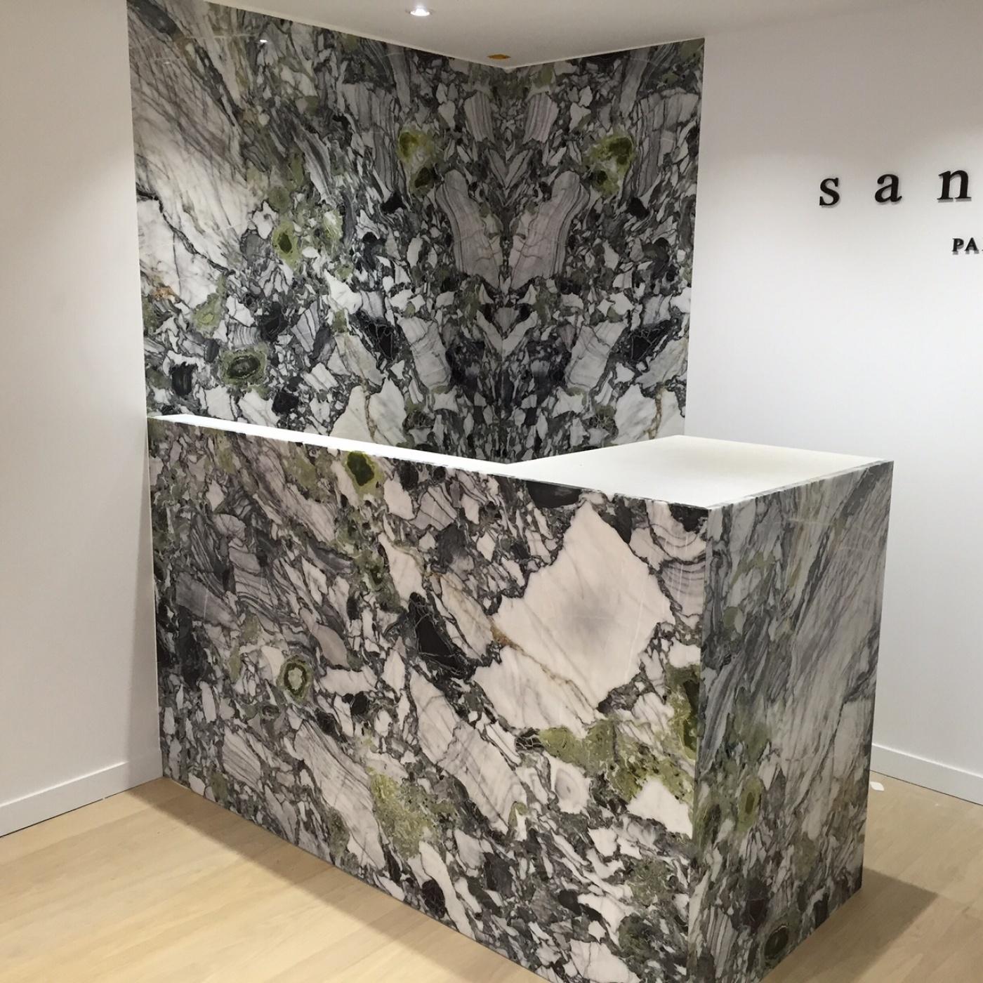 Habillage meuble caisse et mur. Fourniture façonnage et pose pour les Magasins Sandro (Groupe SMCP). Chantier à  Toulon