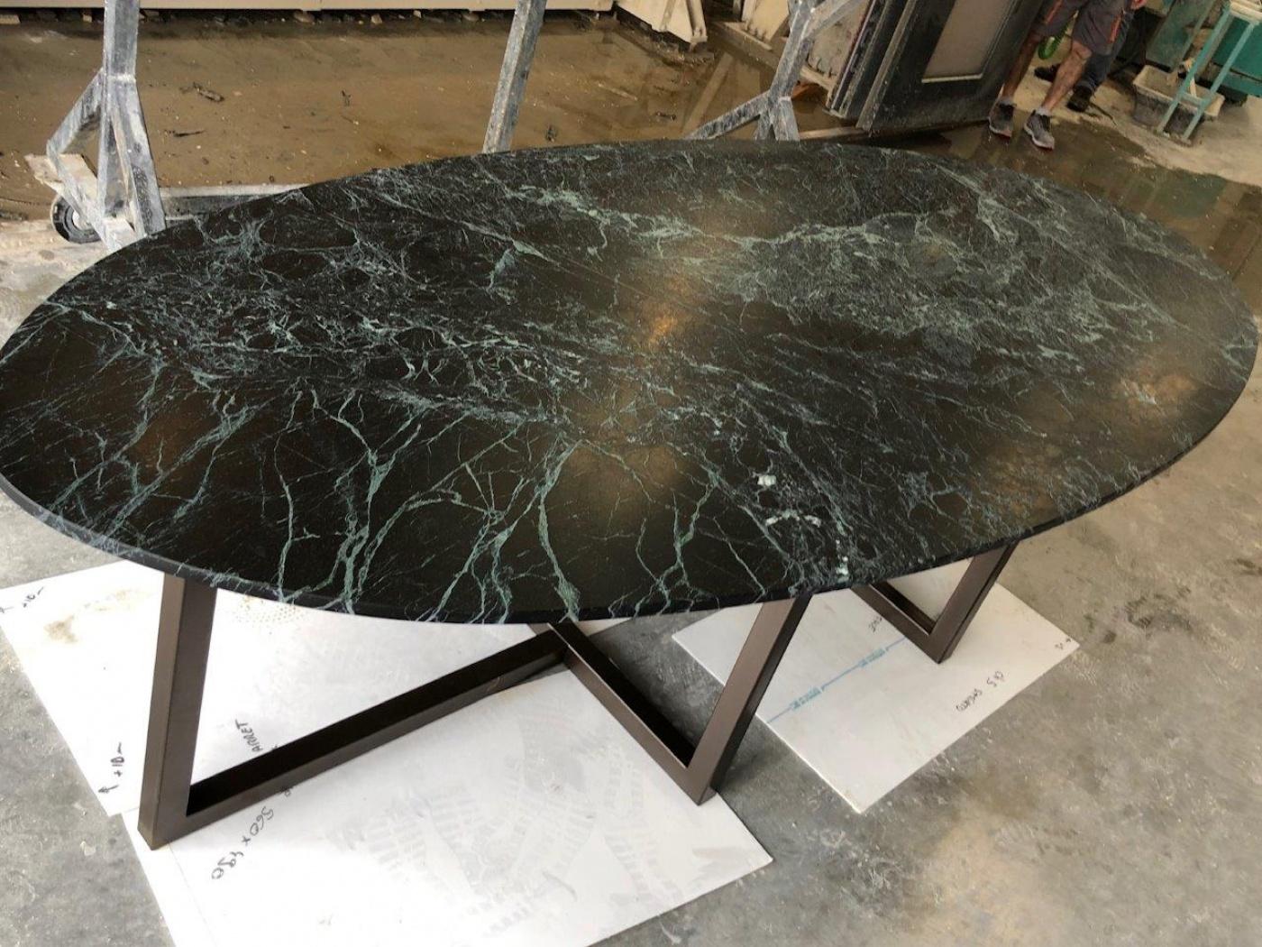 Table ovale en marbre vert italien pieds acier laqué peinture bronze