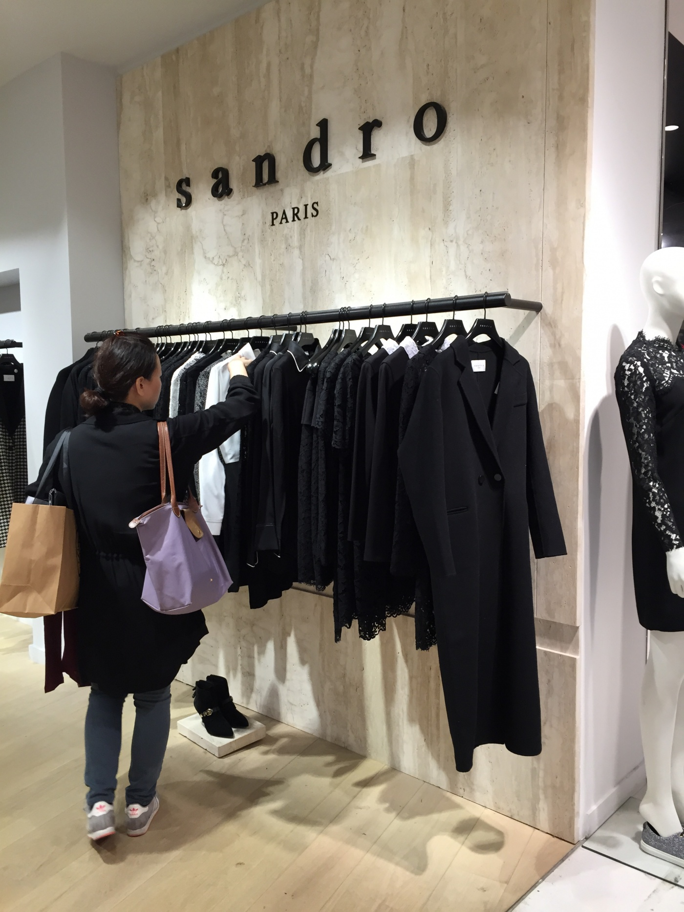 Habillage mur. Fourniture façonnage pour les Magasins Sandro (Groupe SMCP). Chantier aux Galeries Lafayette Haussmann Paris